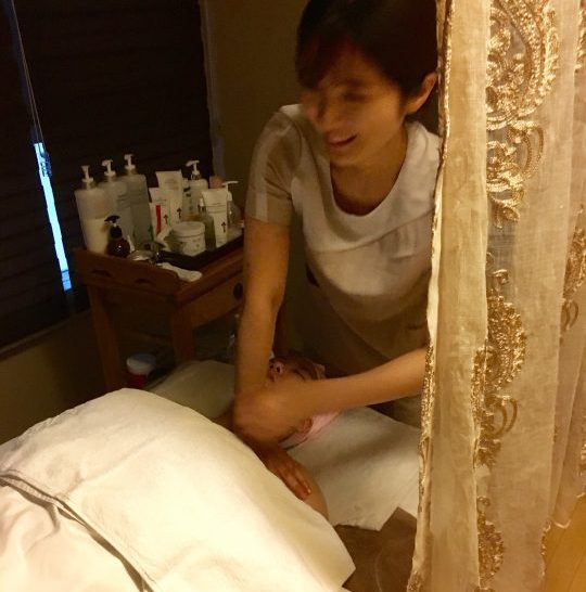 Décolleté massage during a facial in Seoul.