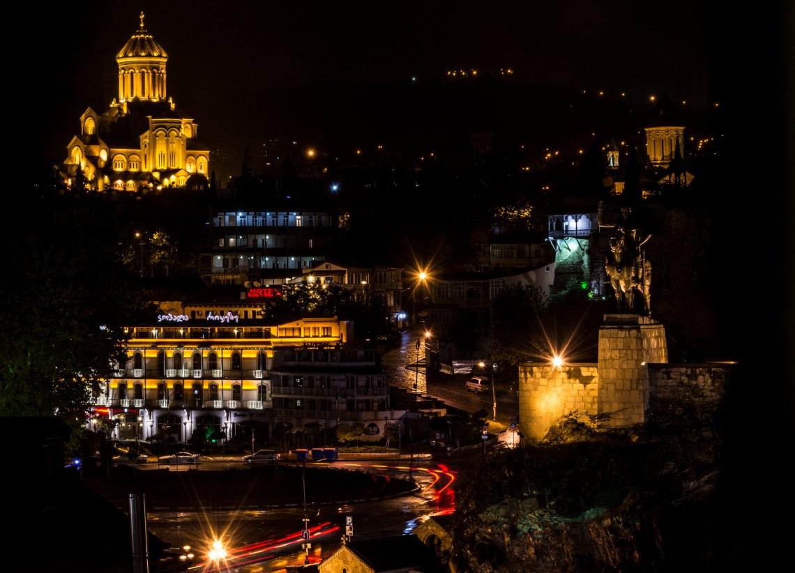 Собор Святой Троицы в Тбилиси ночью