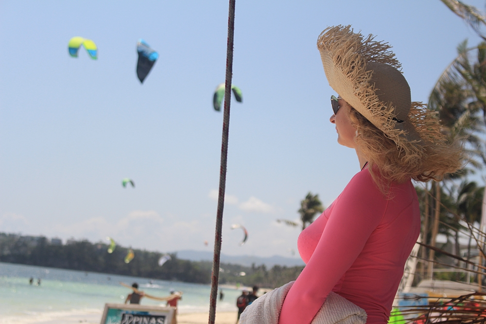 A Russian tourist watches the kite-surfing action in Boracay Island © nomadicexperiences.com
