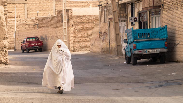 Appropriate clothing in Iran. What to wear in Iran. White shadors in Varzaneh