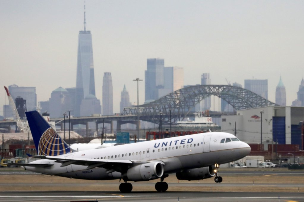 United Airlines scraps ticket-change fees for domestic flights in bid to win over customers