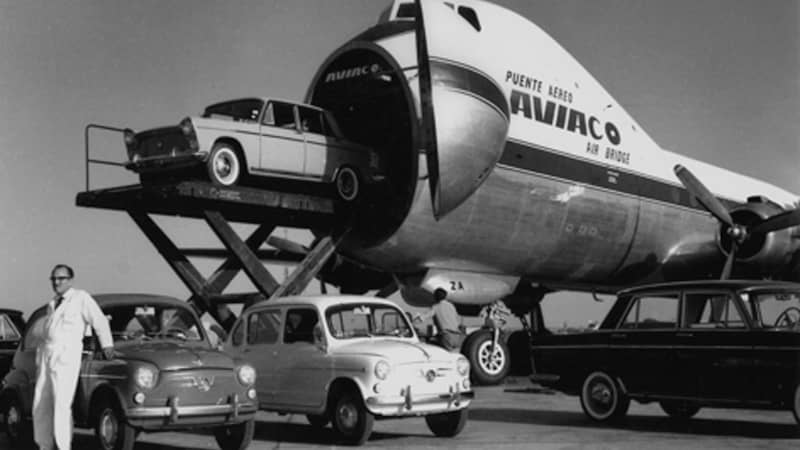 To load Carvair planes, vehicles would be elevated to cabin level with a scissors-type lift and loaded through the front door.