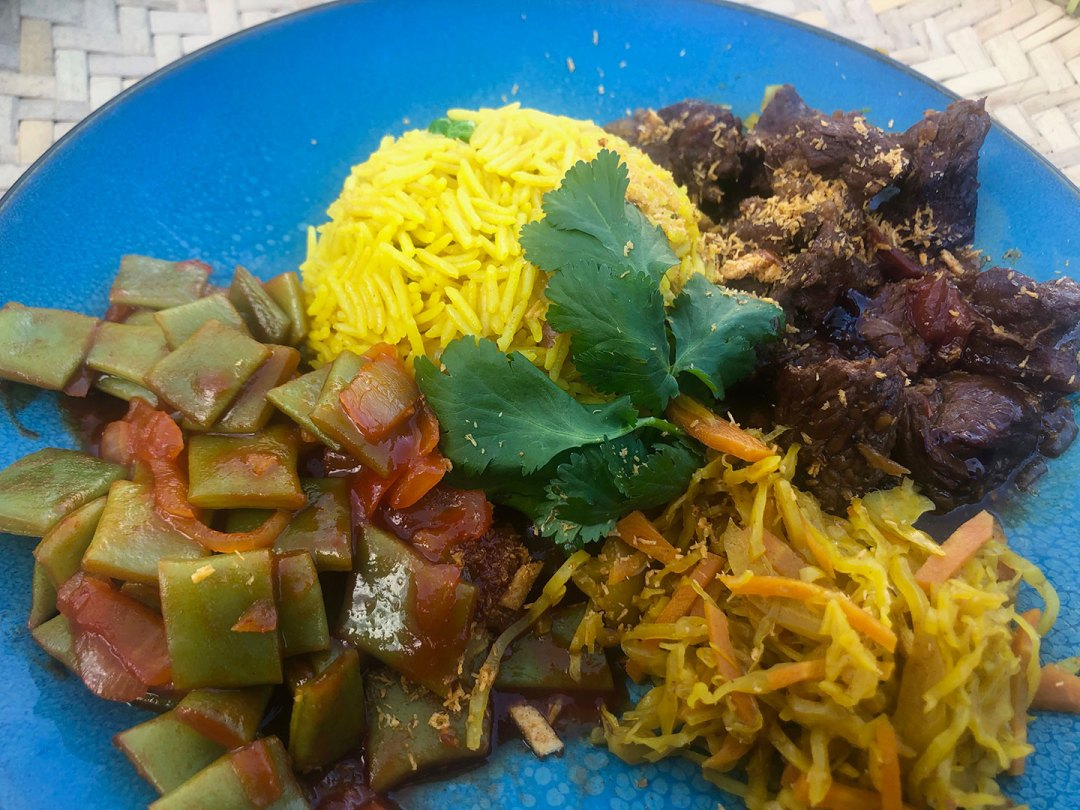 Indonesische Beef Rendag met gele rijst