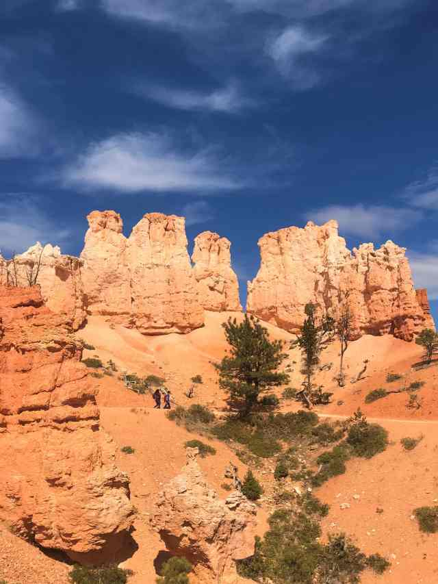 Mix of White and Orange Hoodoos .  Best Hikes in Bryce Canyon National Park