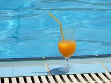Un suc la marginea piscinei