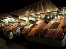 Negustori de fructe uscate în Jemaa el Fna