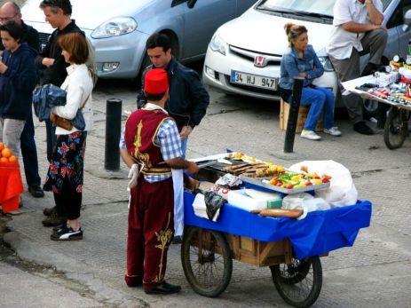 Vânzător ambulant de peşte lângă Podul Galata
