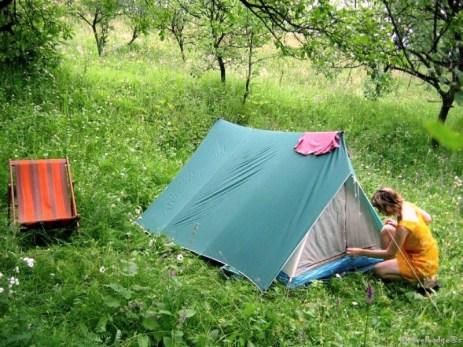 Cu cortul în grădină