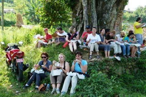 Refugiaţi români în Nepal primindu-şi raţia de potol