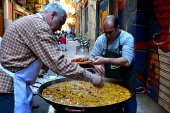 În cinstea evenimentului, pe străzile lăturalnice se pregătesc paellas uriaşe