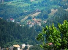 De pe deal se vede Castelul Bran