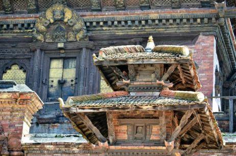 Hanuman Dhoka este un complex de structuri din lemn aflat în partea estică a pieţei, cu vechiul Palat Regal în prim plan.