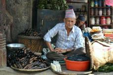 La piaţă, peştele se vinde prăjit ori uscat.