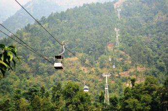 Telefericul din Himalaya. Cabina cea mai apropiată e rezervată țapilor.