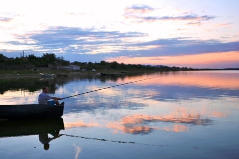 O partidă de pescuit la apus