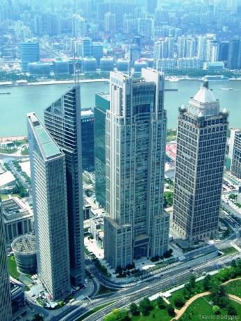 Pudong (浦東; Pǔdōng) este centrul financiar şi comercial al Shanghaiului şi al întregii Chine, aflat la est de Huangpu. Dacă până în 1990 era o zonă rurală, odată cu deschiderea Chinei către lume, Pudong a cunoscut un adevărat boom al dezvoltării, în special cea imobiliară.