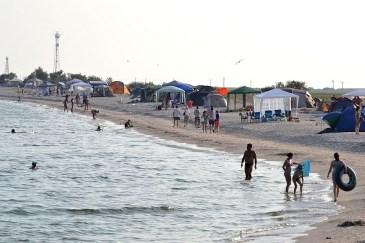 Plaja din afara complexului, unde se poate campa