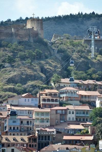Funicularul duce lângă Narikala