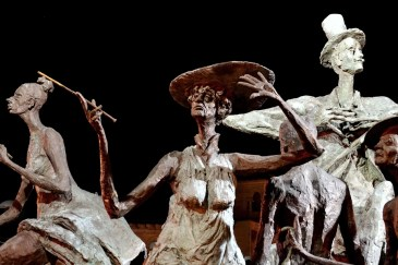Statuile din faţa Teatrului Naţional