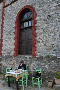 Prânz lângă zidul mănăstirii
