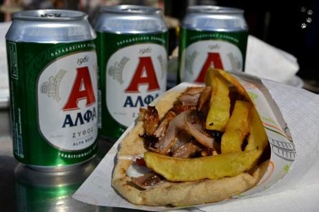 Gyros și bere la colț de stradă