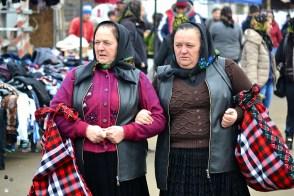 Moroșence la cumpărături. Remarcați trăistuțele tradiționale.