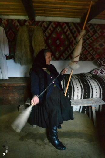 Proprietara mini muzeului etnografic din Ieud