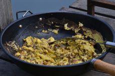 O omletă făcută în wok ... la grătar