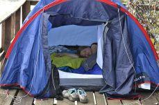 Direct cu cortul pe ponton, deasupra apei