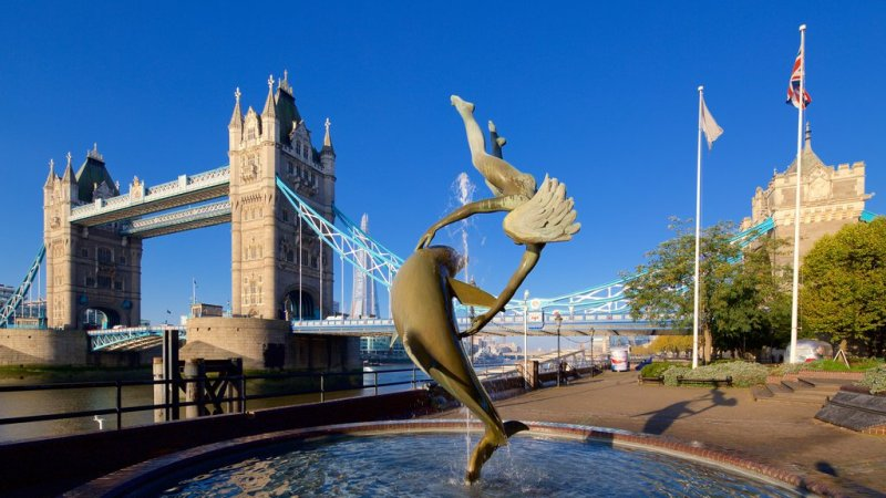 fountain-tower-bridge-london