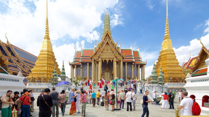 crowds-outside-temple-Of-The-Emerald-Buddha-bangkok
