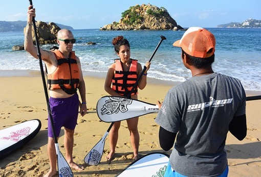 Felicia and Wesley are about to try standup paddle in Acapulco