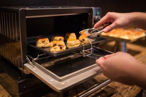 大堂酒廊特別配置烤爐, 讓客人可以品嘗新鮮出爐的英式鬆餅, 滿足對口感的追求。