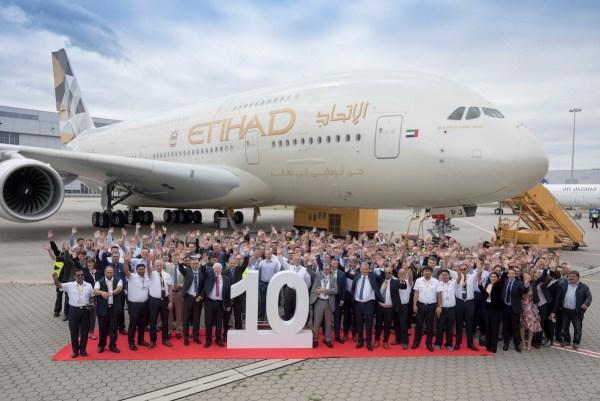 阿提哈德航空和空客公司员工在汉堡芬肯韦德工厂庆祝第10架,也是最后一架A380交付给阿提哈德航空