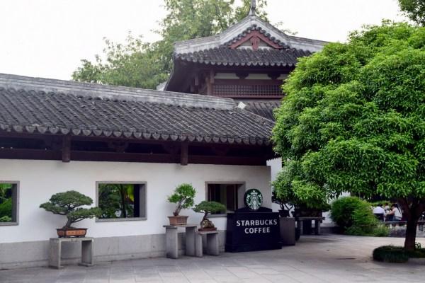 סניף סטארבאקס מתחבא בבניין בסגנון סיני (צילום: טל ניצן)