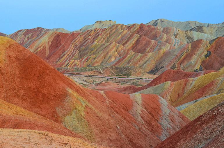ההרים הצבעוניים בדז'אנגייה (צילום: נוגה פייגה)