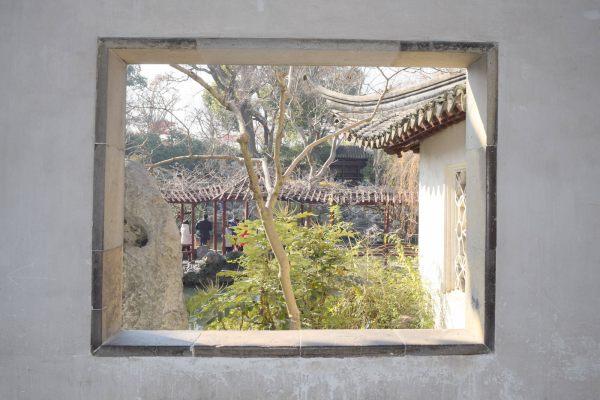 פתח חלון היוצר מסגרת לתמונת הגן, גן ההשתהות (צילום: טל ניצן)