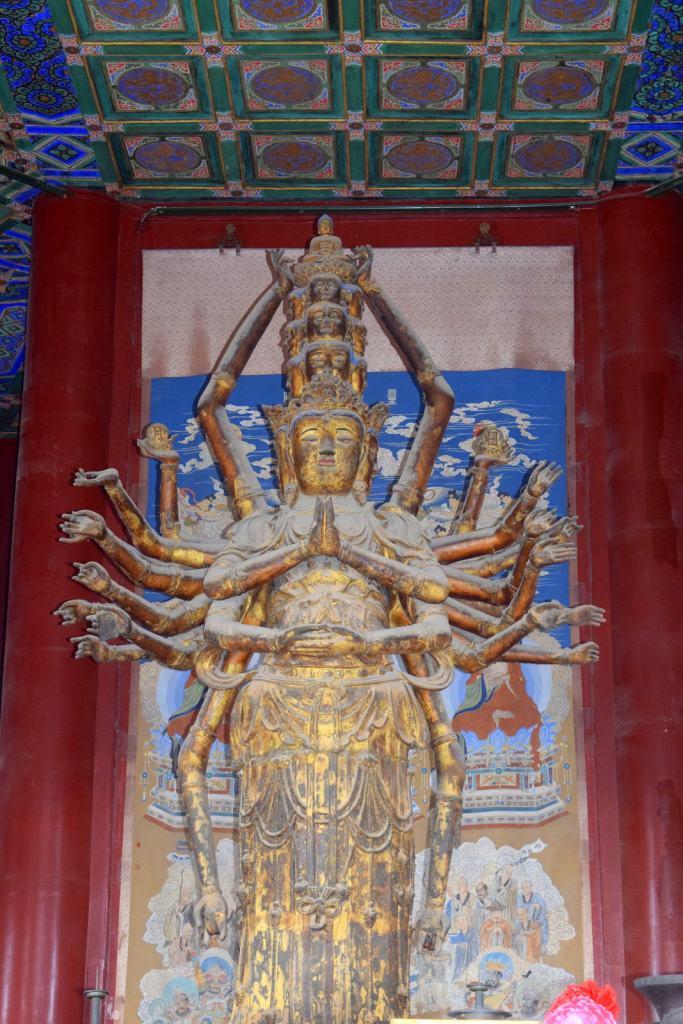 בתוך הביתן ניצב פיסלה של אלת הרחמים, גואניין (צילום: טל ניצן)