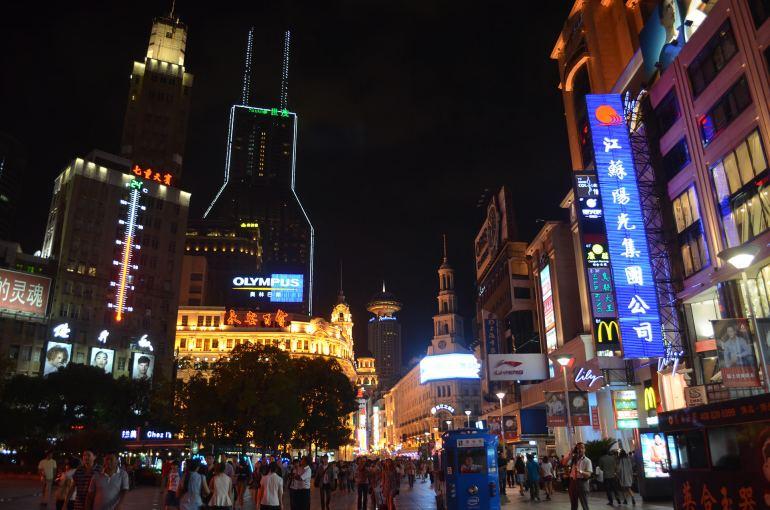 רחוב נאנג'ינג נדלק בלילה (צילום: נוגה פייגה)