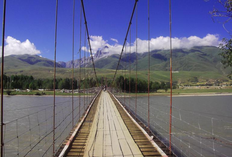 הגשר התלוי מעל נהר יאלונג (צילום: נוגה פייגה)