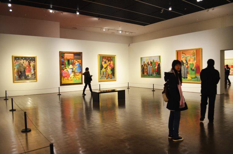 תערוכה של האמן הקולומביאני פרננדו בוטרו, חלק מהתערוכות המתחלפות של המוזיאון (צילום: נוגה פייגה)
