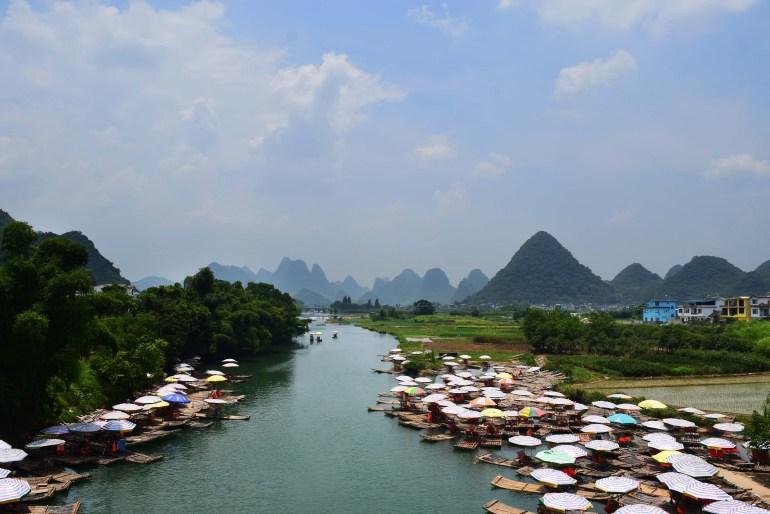 נוף מגשר יולונג - צי רפסודות הבמבוק ממתין ללקוחות (צילום: טל ניצן)