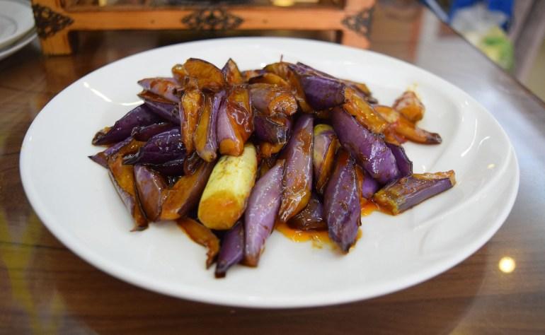 חצילים ברוטב בטעם דג. מנה פיקנטית ללא דגים (צילום: טל ניצן)