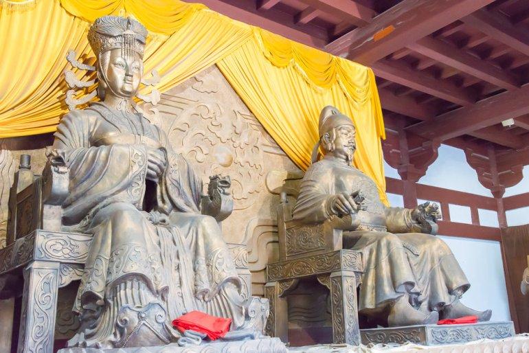 פסל של וו דזה-טיאן במקדש בסצ'ואן. זכר למסורת הבודהיסטית שהשרישה (צילום: שאטרסטוק)