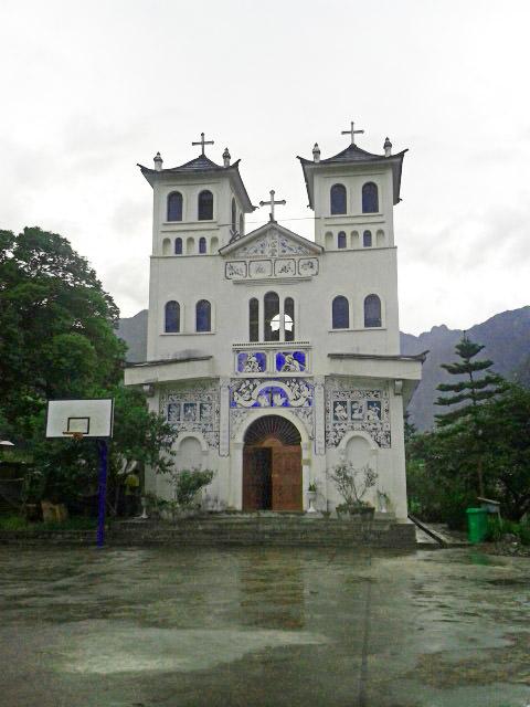 הכנסייה האירופאית בכפר צ'ונג-דינג. מאחוריה תמצאו את הקבר של גנסטייר (צילום: חיים קלאי)