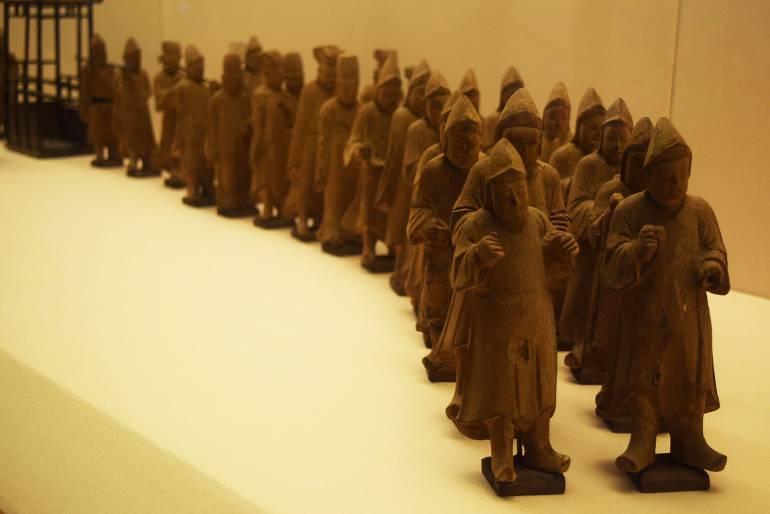 """שיירת פסלי העץ מקבר הפקיד. דוגמא נוספת לעיקרון ה""""מינג צ'י"""" (צילום: טל ניצן)"""