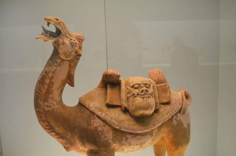 פסלי גמלים מתקופת שושלת טאנג. מעידים על חשיבות הסוחרים הזרים בתקופה (צילום: נוגה פיגה)