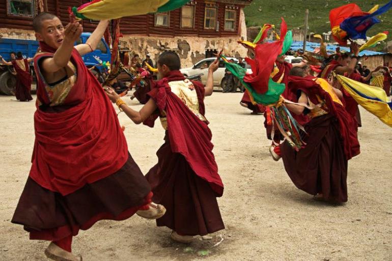 אירועים מיוחדים, כולל ריקודים טקסיים, מתקיימים במקדש בקיץ (צילום: איימי טאן)