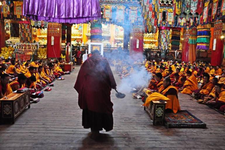 תפילה בדזוגצ'ן גומפה. אירועים מיוחדים מתקיימים פה כל קיץ (צילום: אמיי טאן)