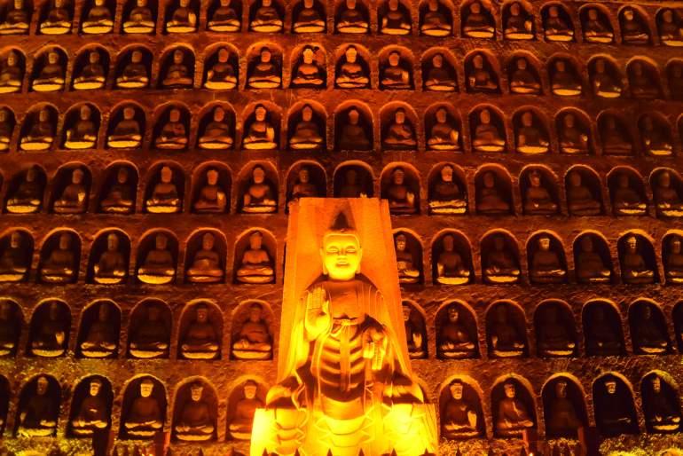 מאות פסלי בודהה בגדלים שונים חצובים בפארק הבודהה האוריינטלי (צילום: טל ניצן)